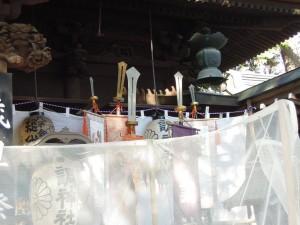 調神社 2014年 初詣 拝殿脇の鉾と旗