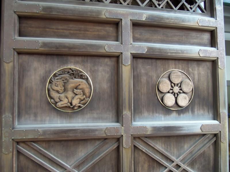 湯島天神 唐門の梅鉢紋と牛