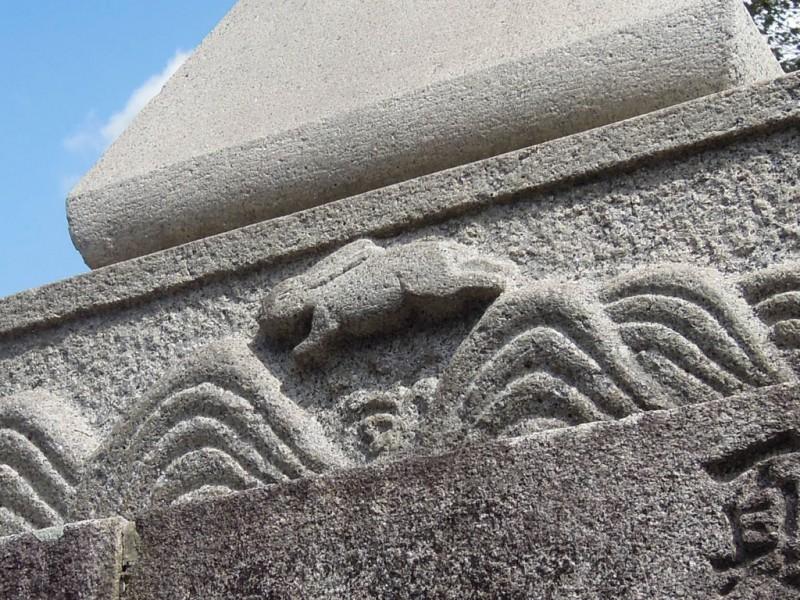 菟足神社 石灯籠 基部の兎
