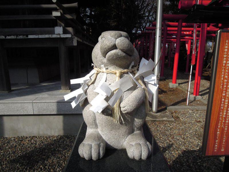 湯倉神社 なでうさぎ 前から