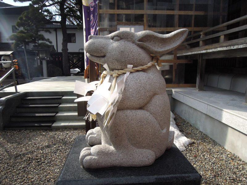 湯倉神社 なでうさぎ 横から