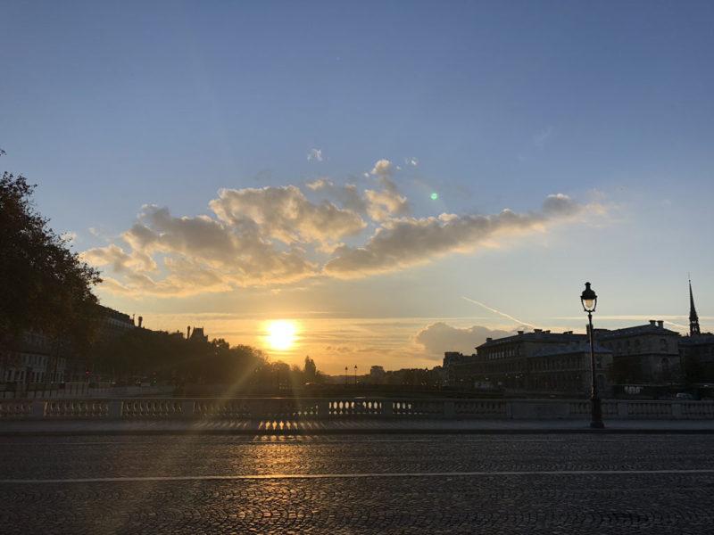 パリの夜明け オー・シャンジュ橋から