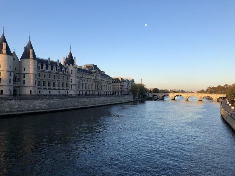 パリの朝 セーヌ川とシテ島へかかるヌフ橋