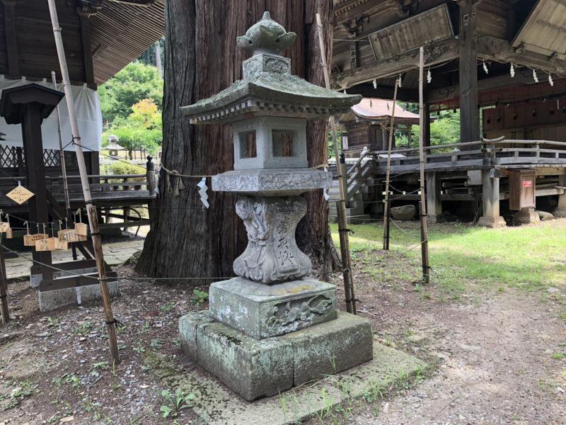 新海三社神社 石灯籠 神兎
