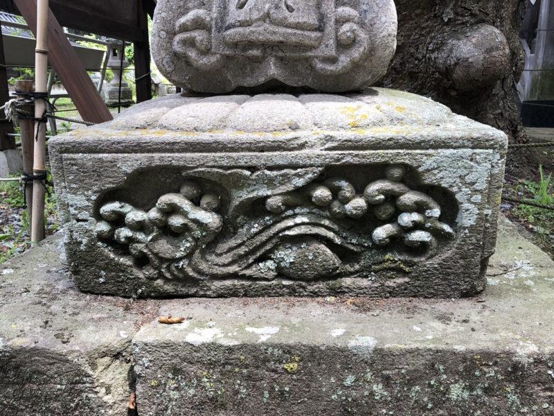 新海三社神社 石灯籠 鯉?